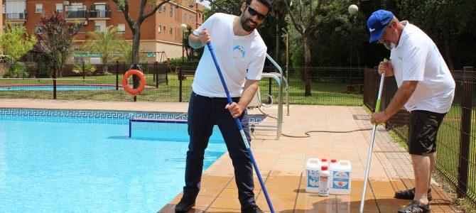 Los suelos alrededor de piscinas deben ser antideslizantes